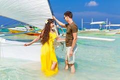 Couplez avoir l'amusement sur la plage tropicale sur le voilier Vaca d'été Photos stock