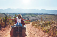 Couplez avoir l'amusement sur un vélo de quadruple dans la campagne Photos stock