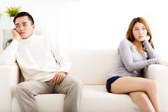 Couplez avoir l'argument sur le divan dans le salon Photos libres de droits
