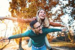 Couplez avoir l'homme d'amusement donnant sur le dos à la femme Photographie stock libre de droits