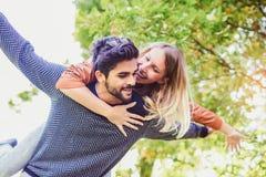 Couplez avoir l'homme d'amusement donnant sur le dos à la femme Photo libre de droits