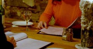 Couplez avoir le champagne dans le restaurant 4k banque de vidéos