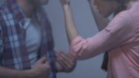 Couplez avoir le combat derrière la fenêtre pluvieuse, malentendu, aide psychologique clips vidéos