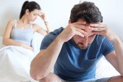 Couplez avoir le problème et se sentir triste après grand argument photo stock