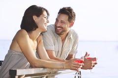 Couplez avoir un temps de spritz avec une vue de lac Images libres de droits