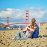 Couplez avoir une date sur la plage de Baker à San Francisco Photographie stock libre de droits