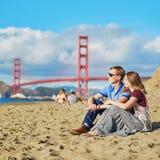 Couplez avoir une date sur la plage de Baker à San Francisco Photo libre de droits
