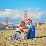 Couplez avoir une date sur la plage de Baker à San Francisco Images libres de droits
