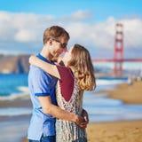 Couplez avoir une date sur la plage de Baker à San Francisco Image libre de droits