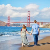 Couplez avoir une date sur la plage de Baker à San Francisco Image stock