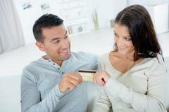 Couplez chacun des deux qui tiennent la carte de crédit photos libres de droits