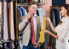 Couplez choisir le nouveau lien dans le magasin de tissus de men's Photographie stock