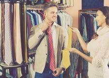 Couplez choisir le nouveau lien dans le magasin de tissus de men's Images stock
