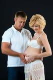 Couplez créer un coeur d'amour avec leurs mains - grossesse Photos libres de droits
