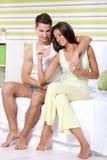 Couplez découvrir des résultats d'un essai de grossesse Images stock