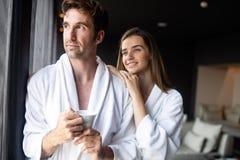 Couplez dans des peignoirs appréciant le week-end de bien-être dans l'hôtel photographie stock libre de droits