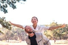 Couplez dans l'amour étreignant dans la forêt photo stock