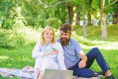 Couplez dans l'amour ou le travail de famille ind?pendant Concept ind?pendant d'avantage de la vie Affaires en ligne modernes La  image libre de droits