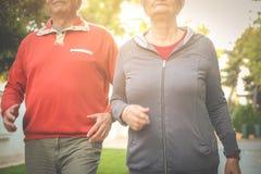 Couplez dans l'habillement de sports ayant l'exercice dans le parc de ville C Image stock