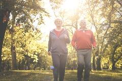 Couplez dans l'habillement de sports pulsant ensemble en parc Images libres de droits