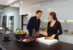 Couplez dans la cuisine a Photo stock