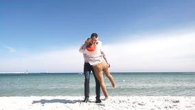 Couplez dans le jeu fonctionnant d'amour sur la plage banque de vidéos