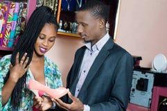 Couplez dans les chaussures et le magasin d'habillement photo stock