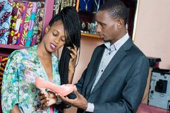 Couplez dans les chaussures et le magasin d'habillement photos stock