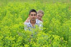 Couplez dans les domaines 1 de vert photo stock