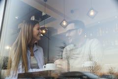 Couplez dans un café ayant une conversation photos libres de droits