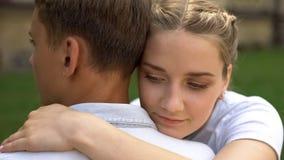 Couplez des adolescents s'embrassant, la premi?re passion, relations d'offre, jeunesse images stock
