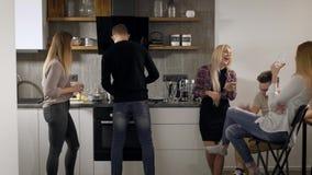 Couplez des filles et des garçons ayant le grand temps ensemble d'intérieur, en rencontrant des vieux amis à la partie banque de vidéos