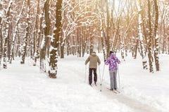 Couplez des personnes appréciant le ski de fond en parc ou forêt de ville en hiver Activités en plein air de sport de famille dan photo stock