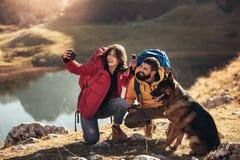 Couplez des randonneurs marchant sur une montagne au jour d'automne images libres de droits