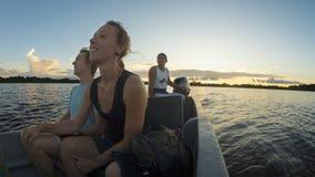 Couplez des touristes voyageant en canoë sur une rivière en Amazone tout en admirant le coucher du soleil image libre de droits