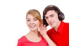 Couplez deux amis avec des écouteurs écoutant la musique Photos libres de droits