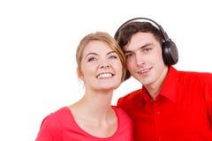 Couplez deux amis avec des écouteurs écoutant la musique Photographie stock libre de droits