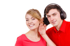 Couplez deux amis avec des écouteurs écoutant la musique Image stock