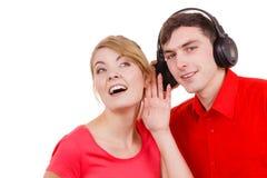 Couplez deux amis avec des écouteurs écoutant la musique Photographie stock