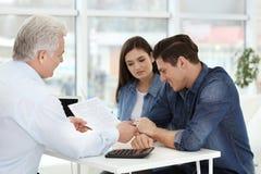Couplez discuter le plan de retraite de retraite avec le conseiller mûr dans le bureau Photo libre de droits