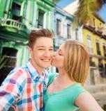 Couplez embrasser et prendre le selfie au-dessus de la rue de ville Photographie stock
