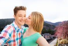 Couplez embrasser et prendre le selfie au-dessus de la ville asiatique Photo stock