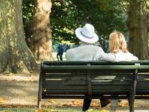 Couplez en parc 01 Photographie stock
