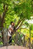 Couplez en parc, ils sont sur un pont images stock
