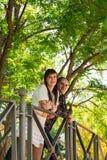 Couplez en parc, ils sont sur un pont photo libre de droits