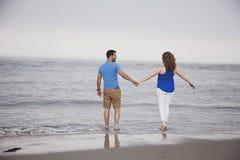 Couplez entrer dans l'océan Images libres de droits