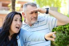 Couplez examiner et diriger quelque chose la distance images stock