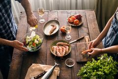 Couplez faire cuire ensemble la crevette délicieuse et saine de dîner et Photo libre de droits
