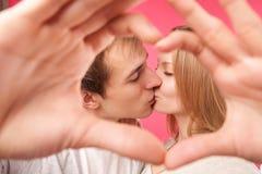 Couplez faire la forme du coeur par leurs mains photos stock