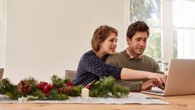 Couplez faire les présents en ligne d'achats et d'achats pour Noël Image libre de droits